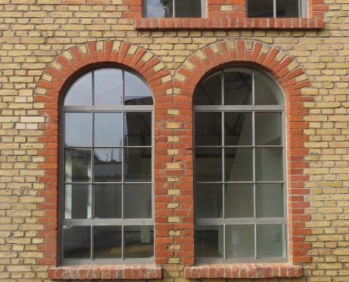 Stahlfenster im Industriedesign mit Sprossen und Bogen, ein Öffnungsflügel 025-27