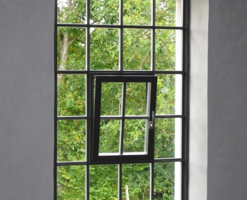 Stahlfenster wärmegedämmt mit Sprossen im Idustriedesign, Öffnungsflügel mittig d/k
