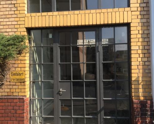 Stahl-Fassadenelement mit Eingangstür, wärmegedämmt, Industriedesign